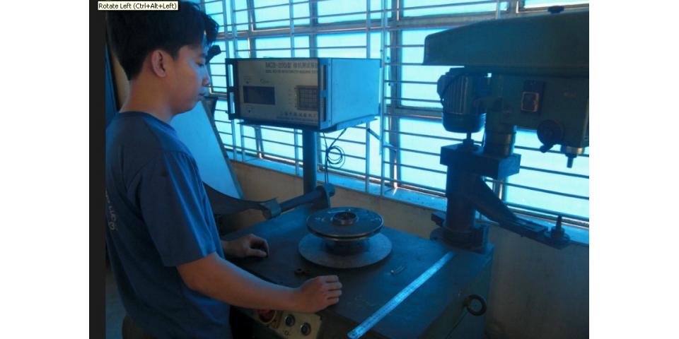 Máy cân bằng trục đứng (Vertical Balancing Machine) Để đạt tiêu cho các dòng sản phẩm bơm ly tâm, ngay từ năm 2005 CTy BƠM ĐỘNG LỰC đã phải trang bị công nghệ cân bằng trục đứng sử dụng cho việc cân bằng các loại cánh bơm ly tâm trục ngang cho các máy từ